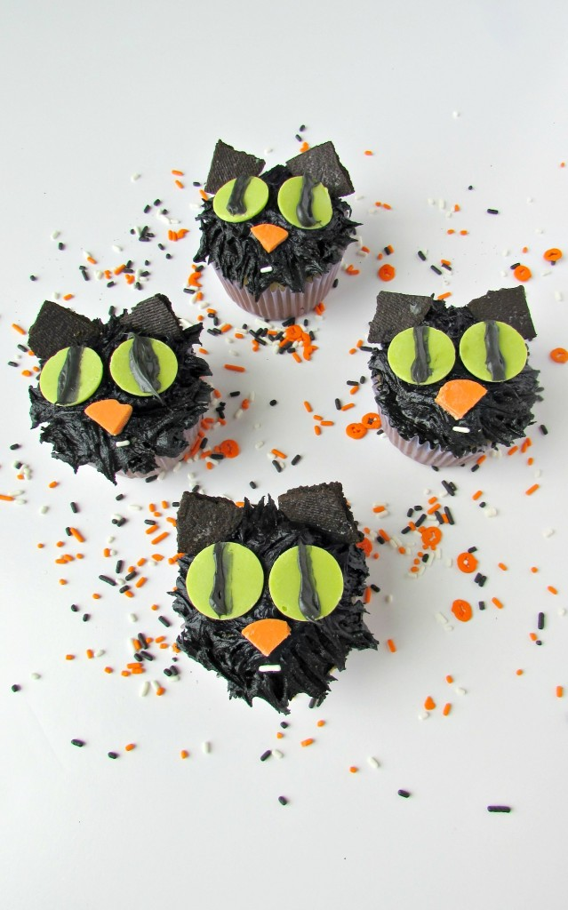 Black cats cupcakes for Halloween