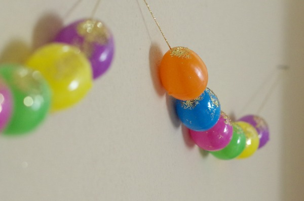 Easter garland with glitter eggs