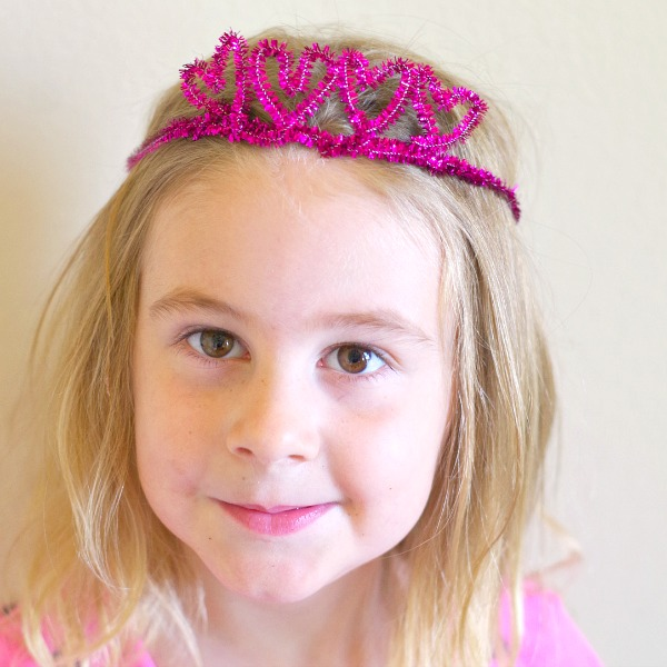 simple sparkle heart crown with pipe cleaners