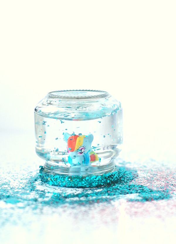 Toy jar snow globe