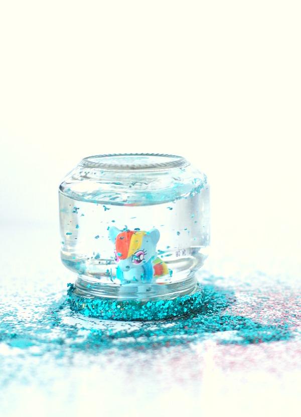 Toy jar snow globe